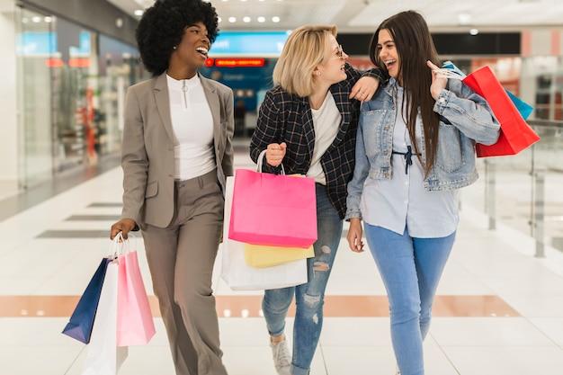 Glückliche erwachsene frauen, die zusammen kaufen Kostenlose Fotos
