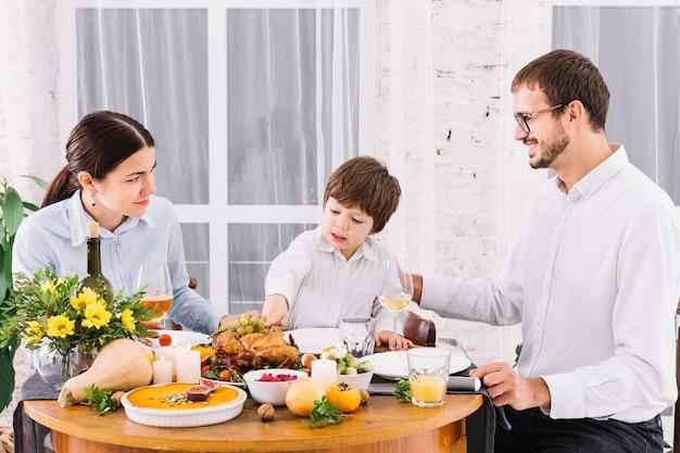 Glückliche familie am festlichen tisch Kostenlose Fotos