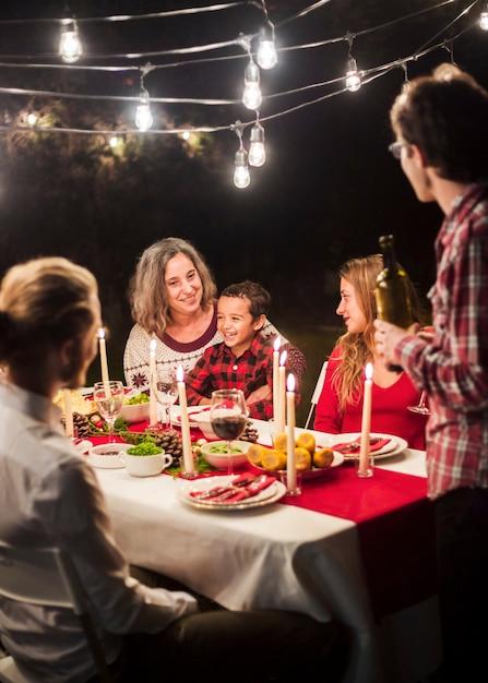 Glückliche familie am weihnachtsessen Kostenlose Fotos
