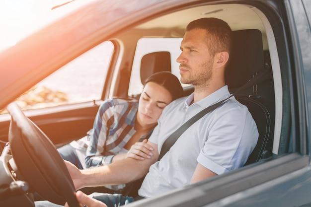 Glückliche familie auf einem roadtrip in ihrem auto. Premium Fotos
