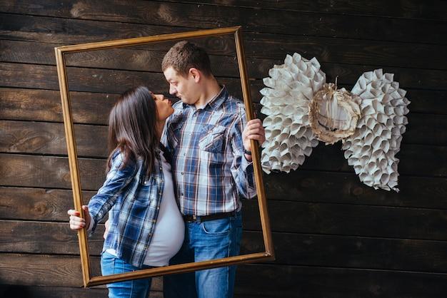 Glückliche familie baby warten Premium Fotos