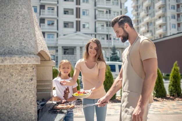 Glückliche familie beim gemeinsamen grillen Premium Fotos