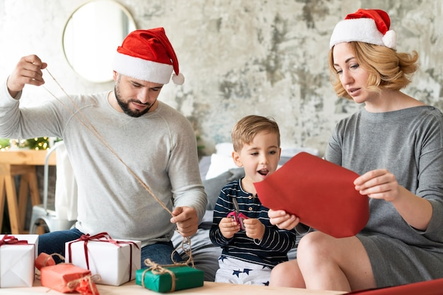 Glückliche familie, die am weihnachtstag zusammen ist Kostenlose Fotos