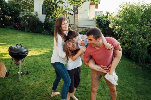 Glückliche familie, die draußen picknick am park genießt Kostenlose Fotos