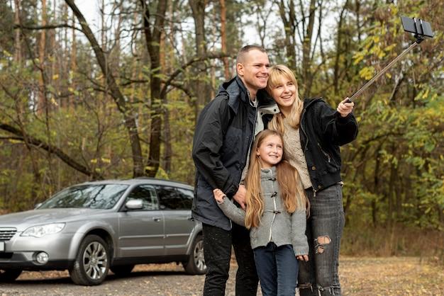 Glückliche familie, die ein selfie in der natur nimmt Kostenlose Fotos