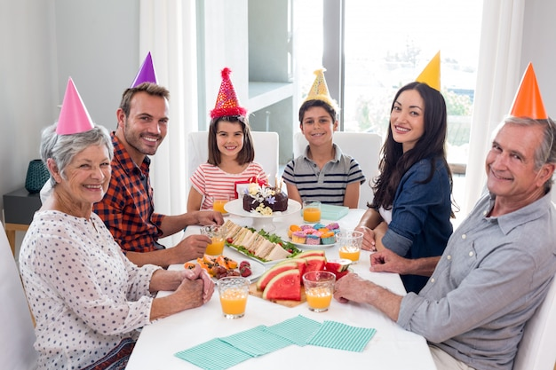Glückliche familie, die einen geburtstag feiert Premium Fotos