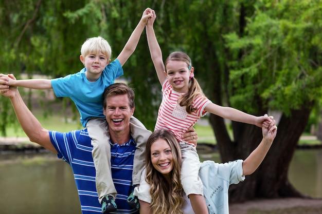 Glückliche familie, die im park genießt Premium Fotos