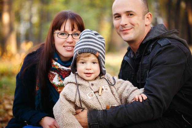 Glückliche familie, die im park stillsteht Premium Fotos
