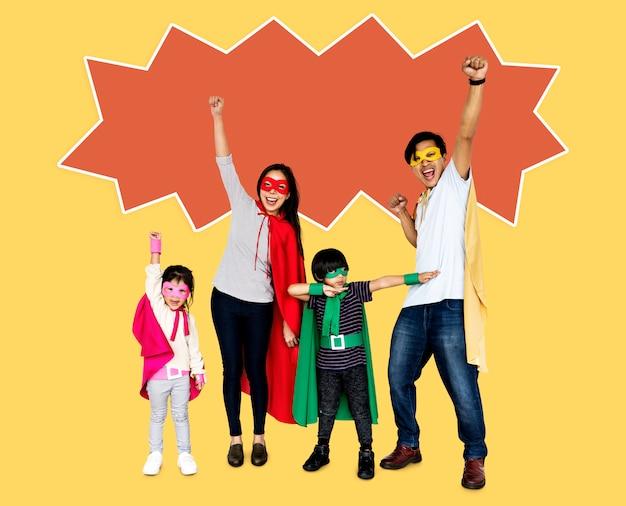 Glückliche familie, die superheldkostüme trägt Kostenlose Fotos