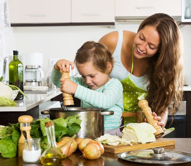 Glückliche familie, die suppe kocht Kostenlose Fotos