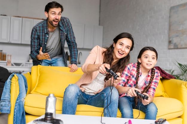 Glückliche familie, die videospiele spielt Kostenlose Fotos