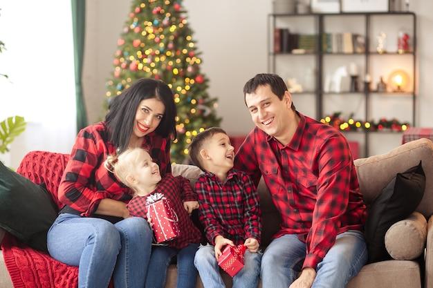 Glückliche familie, die zu hause auf neues jahr wartet Premium Fotos
