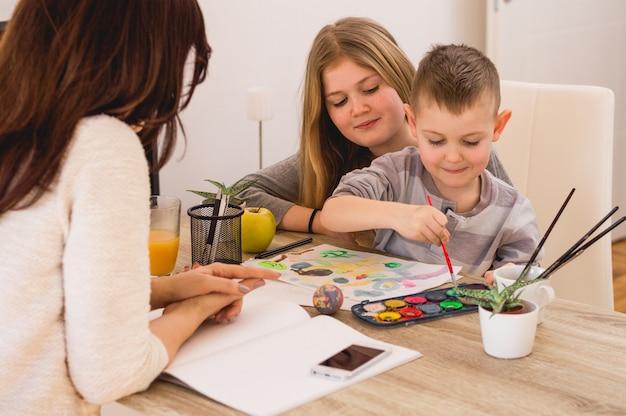 Glückliche familie, die zu hause malt Premium Fotos
