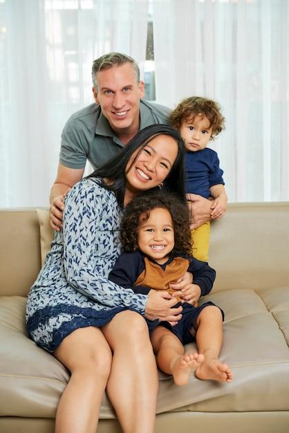 Glückliche familie, die zu hause spielt Premium Fotos