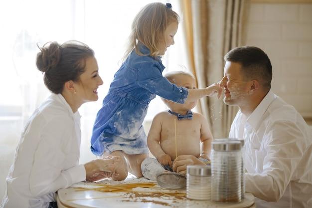 Glückliche familie, die zusammen brot zubereitet Kostenlose Fotos