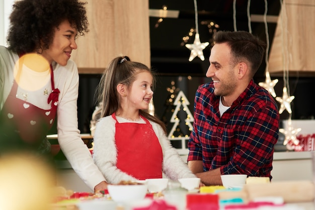 Glückliche familie, die zusammen weihnachtsplätzchen macht Kostenlose Fotos