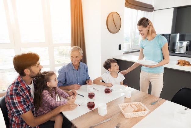 Glückliche familie essen köstliches essen. familienessen. Premium Fotos