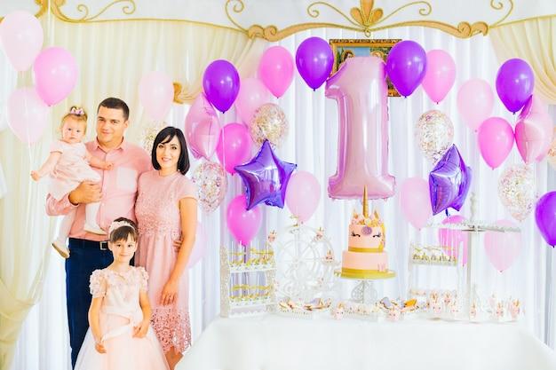 Glückliche familie feiert den geburtstag des kindes in einer schönen urlaubsatmosphäre Premium Fotos