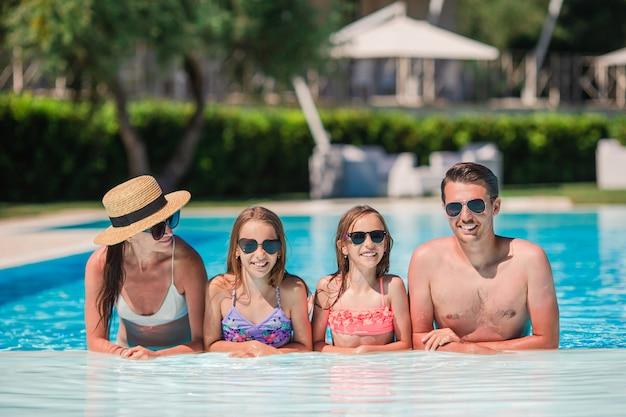 Glückliche familie im schwimmbad Premium Fotos