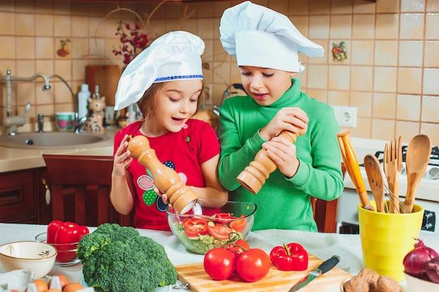 Glückliche familie lustige kinder bereiten den frischen ...