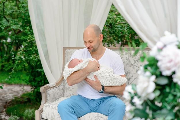 Glückliche familie mit dem neugeborenen Premium Fotos