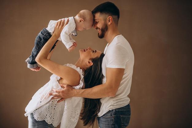 Glückliche familie mit ihrem ersten kind Kostenlose Fotos
