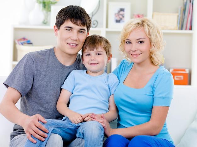 Glückliche familie mit sohn zu hause Kostenlose Fotos