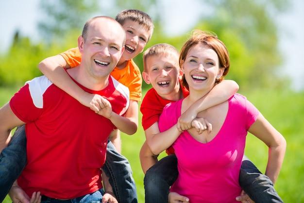 Glückliche familie mit zwei kindern auf natur - glückskonzept Kostenlose Fotos