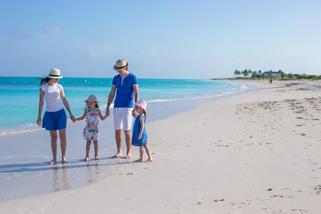 Glückliche familie mit zwei kindern in den sommerferien Premium Fotos