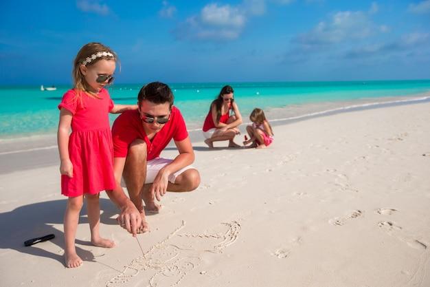 Glückliche familie mit zwei mädchen in den sommerferien Premium Fotos
