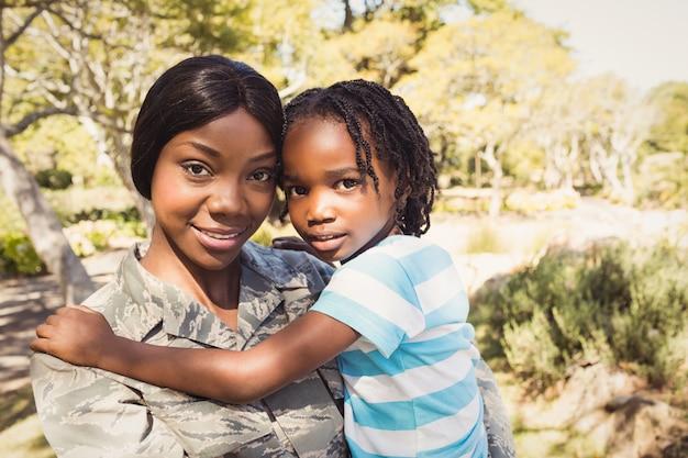 Glückliche familie posiert zusammen Premium Fotos