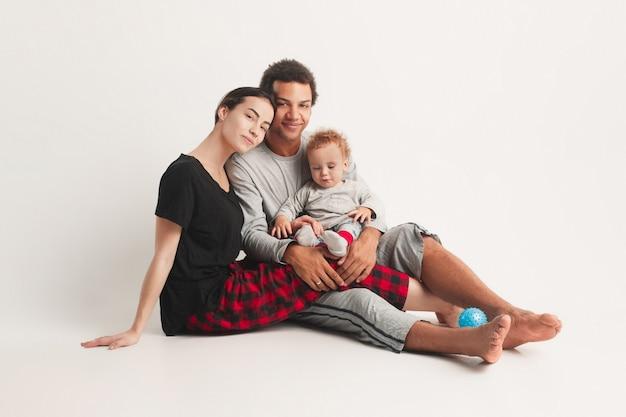 Glückliche familie posiert Kostenlose Fotos