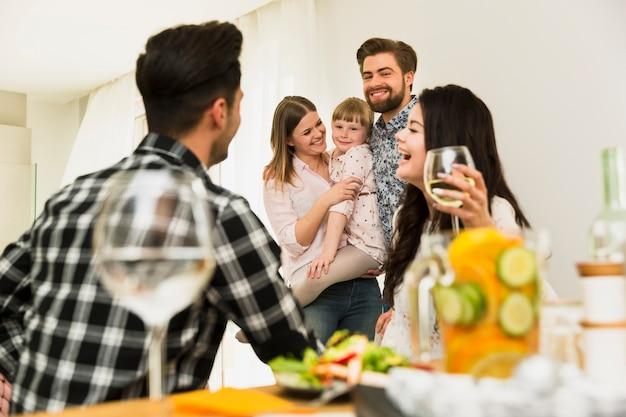 Glückliche familie und freunde, die sich zusammen entspannen Kostenlose Fotos