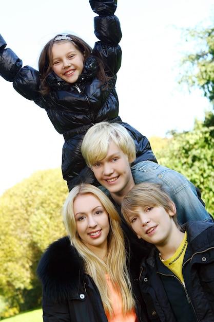 Glückliche familie viel spaß im park Kostenlose Fotos