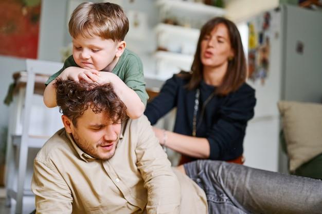 Glückliche familie zu hause, die zusammen spielt Premium Fotos
