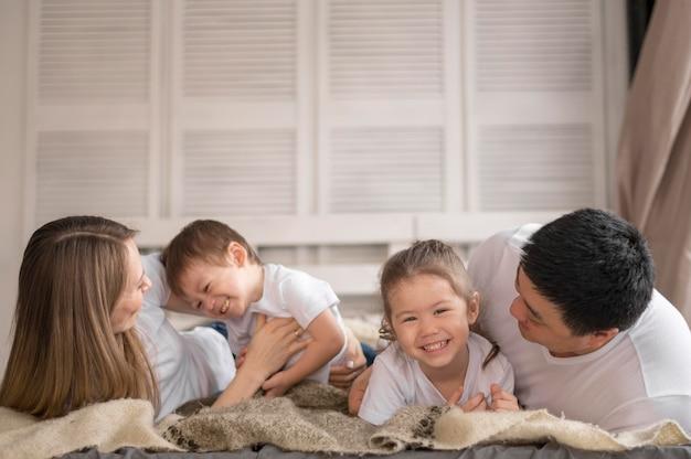 Glückliche familie zu hause Premium Fotos