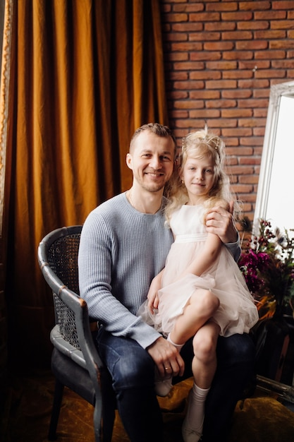 Glückliche familientochter, die vati und lachen am feiertag umarmt Kostenlose Fotos