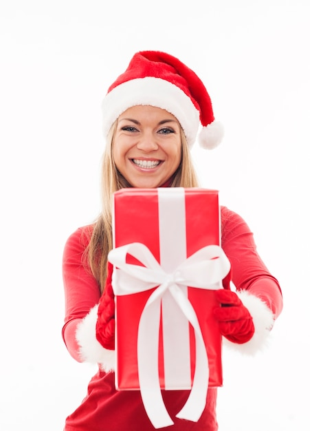Glückliche frau, die rotes geschenk hält Kostenlose Fotos