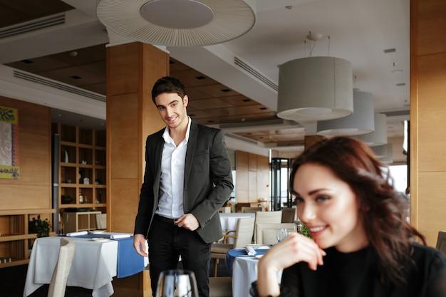 Glückliche frau im restaurant mit mann hinter ihr Premium Fotos