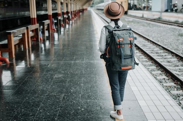 Glückliche frauen, die im zug, ferien, reiseideen reisen. Kostenlose Fotos