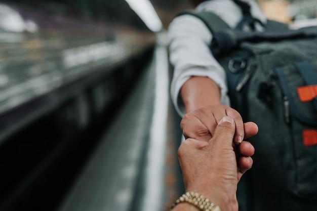 Glückliche frauen, die in busse, feiertage, reiseideen reisen. Kostenlose Fotos