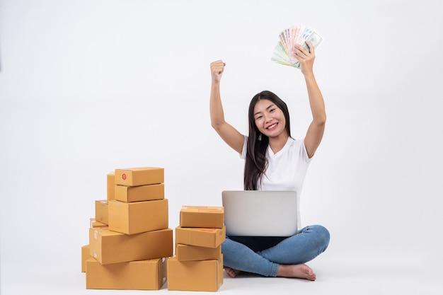 Glückliche frauen von der bestellung von produkten von kunden, unternehmer, die zu hause an einem weißen backg arbeiten Kostenlose Fotos