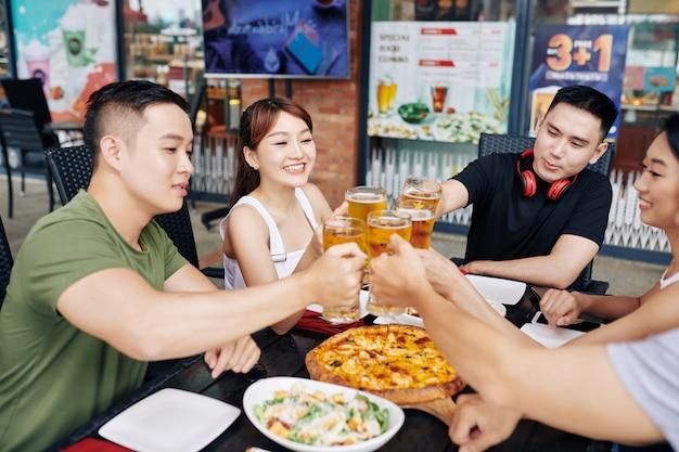 Glückliche freunde, die bier trinken Premium Fotos