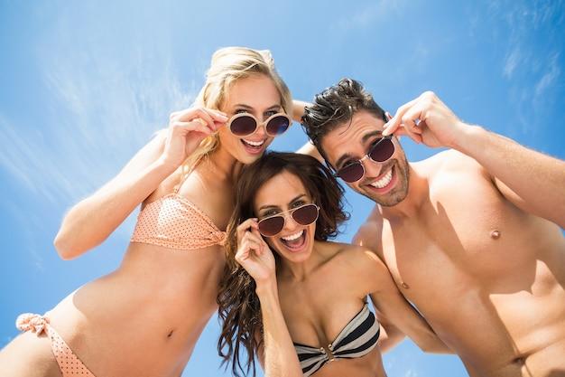 Glückliche freunde, die spaß am strand haben Premium Fotos