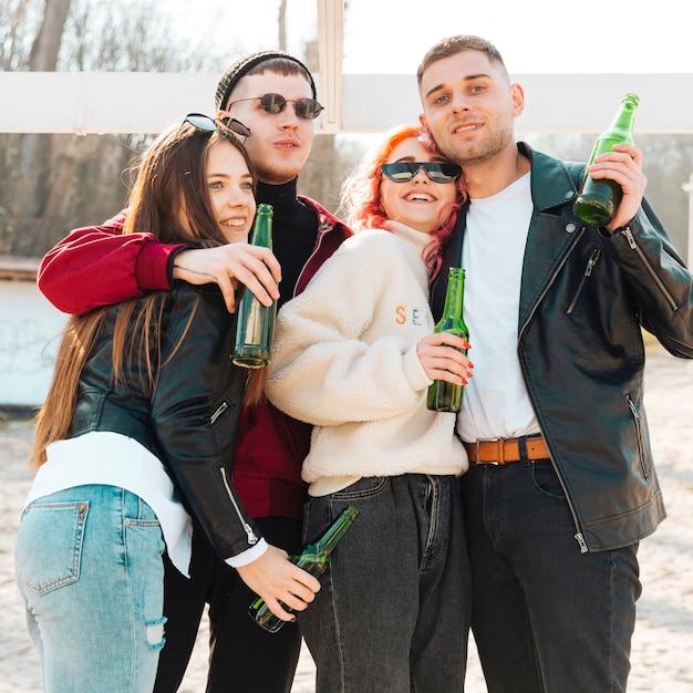 Glückliche freunde, die spaß zusammen haben und bier am freilicht trinken Kostenlose Fotos