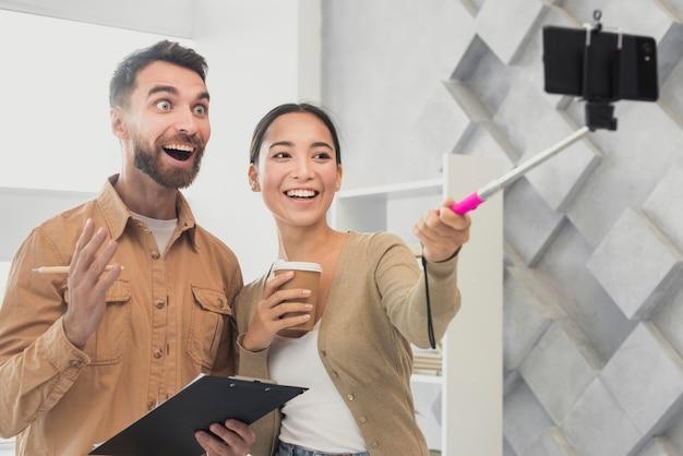 Glückliche freunde, die zusammen selfies nehmen Kostenlose Fotos