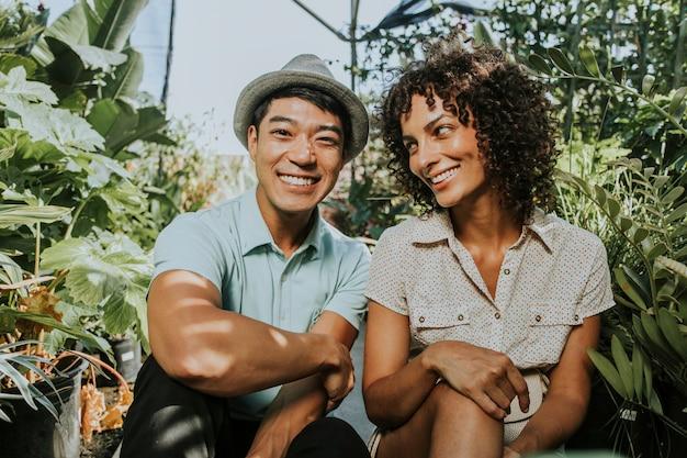 Glückliche freunde in einem botanischen garten Premium Fotos