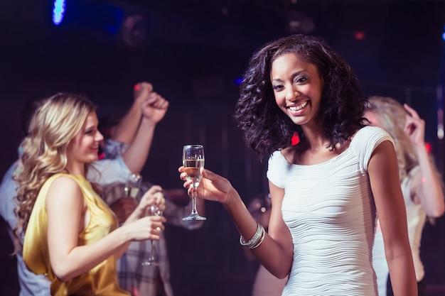 Glückliche freunde tanzen Premium Fotos