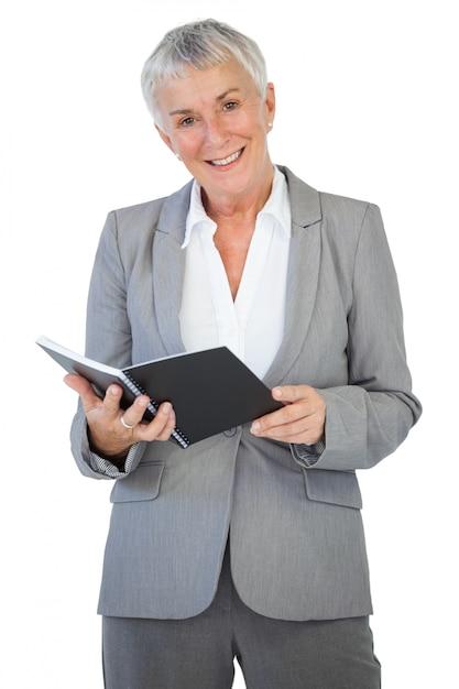Glückliche geschäftsfrau, die notizblock hält Premium Fotos