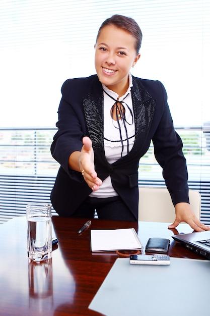 Glückliche geschäftsfrau im büro Kostenlose Fotos